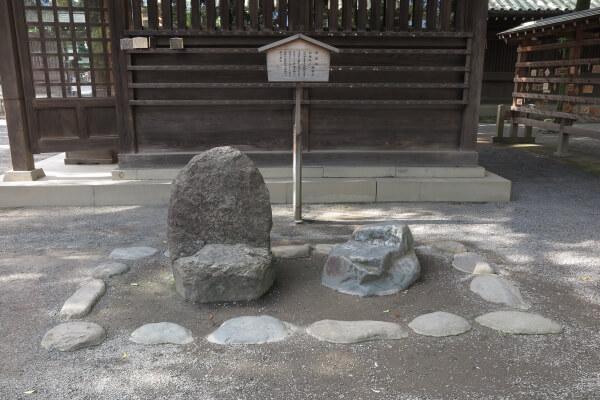 神門手前にある「源頼朝腰掛石」。挙兵前、配流時代の源頼朝は、平氏追討祈願のため三嶋大社に百日参りをしたそうです。その時に腰掛けて休息をとった石といわれています。