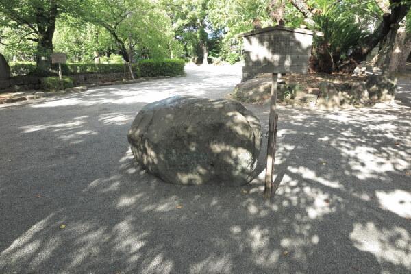大鳥居をくぐってすぐ右手に「たたり石」があります。