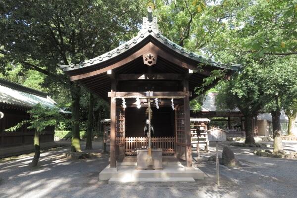 神門前にある神馬舎。