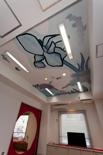 タローズハウスの居間天井にはあじさいと花菖蒲、明月院をイメージした天井画が描かれています。