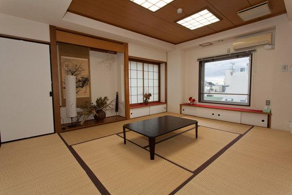 奥の和室。手前の和室より広く、床の間もあります。