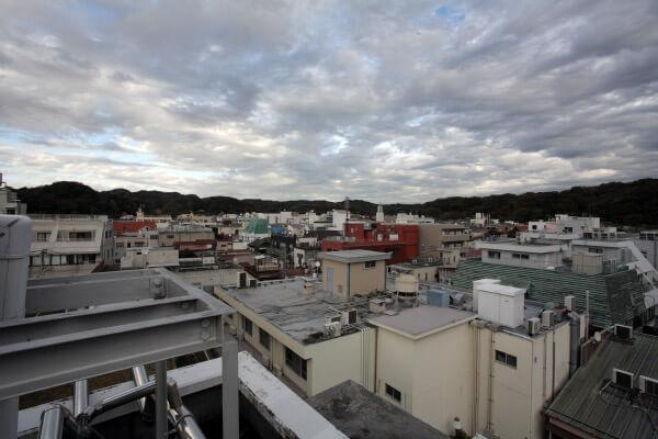 屋上からの景色。小町通り側。
