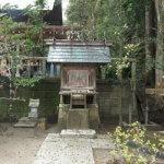 天津神明宮の春日社。右に御神水があります。