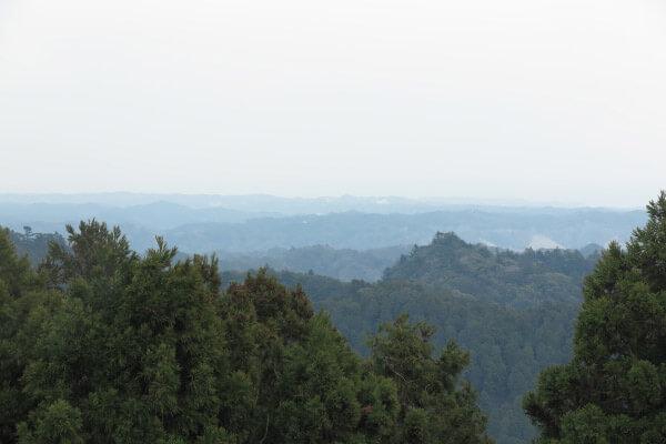 天津神明宮の背後に広がる鴨川の山々。