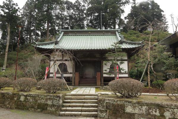観音堂の向かい側にある報恩殿。清澄寺において日蓮の師であった道善を追善するために建てられました。躑躅(ツツジ)に囲まれています。