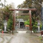 天津神明宮の参道と三ノ鳥居。この鳥居とニノ鳥居は、二十年に一度、伊勢神宮の式年遷宮にならって建て替えられます。