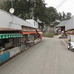 清澄寺と門前の茶店や土産物店。