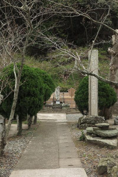 誕生寺、鯛塚。