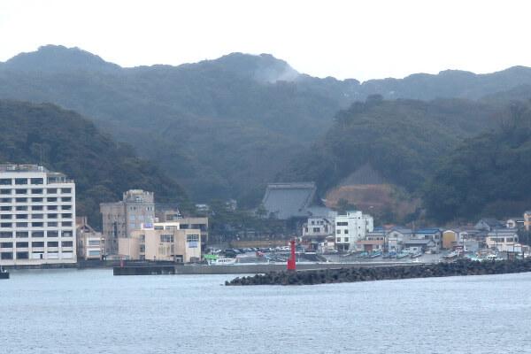 対岸からみる小湊。中央奥に誕生寺の祖師堂がみえます。