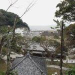 誕生寺、誕生堂からみる小湊の港と海。