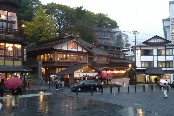 「白旗湯畑と頼朝宮」と「御座の湯」。一緒の施設のように見えます。