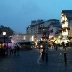 「白旗湯畑と頼朝宮」に立って振り向くと、かの有名な「湯畑」があります。