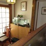 「和喫茶 金魚の栖」の店内。奥の部屋と水槽。