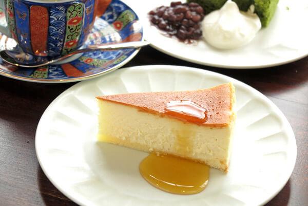 「和喫茶 金魚の栖」のチーズケーキ(450円)。※写真手前