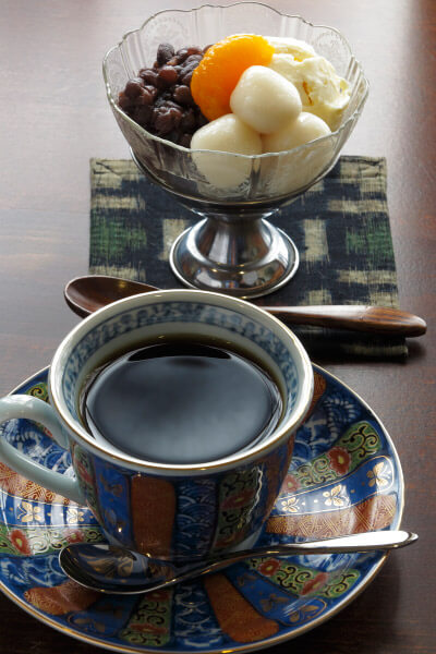 「和喫茶 金魚の栖」のハンドドリップコーヒー(500円)と白玉クリーム小豆(450円)。女将さんが炊いたあずきが美味しい。