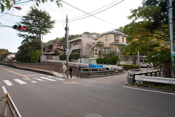 杉本寺から見た犬懸橋。犬懸橋を渡ればすぐ左手に店はあります。