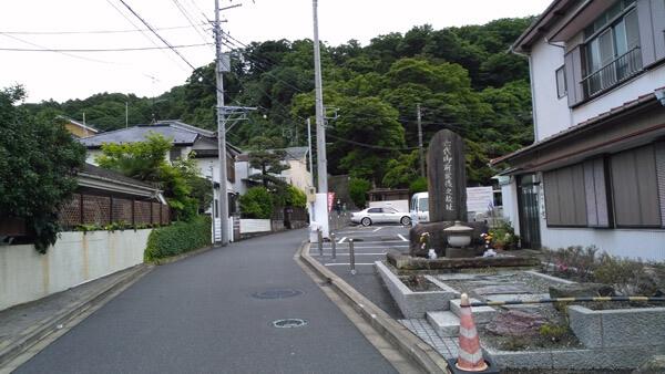 六代御前の墓。田越川沿いに歩き、左に曲がります。