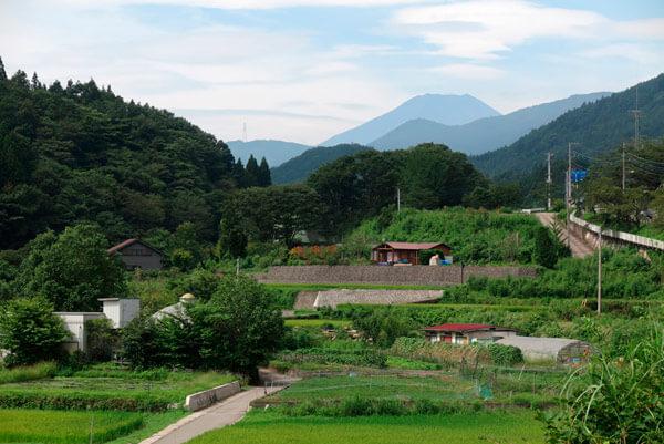 道志村の景観。一番高い山が富士山です。
