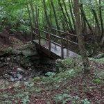 橋を渡って試し切り石に向かいます。