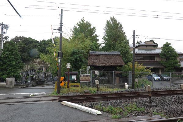 成福寺。手前に見えるのはJR横須賀線の線路。右方向は北鎌倉駅、左方向は大船駅です。