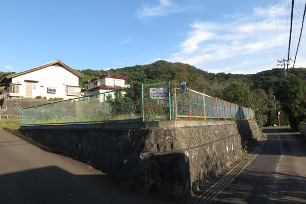 フェンスに案内板があります。「左にいくと、この先の高台一帯が平兼隆館の跡です。」とあります。