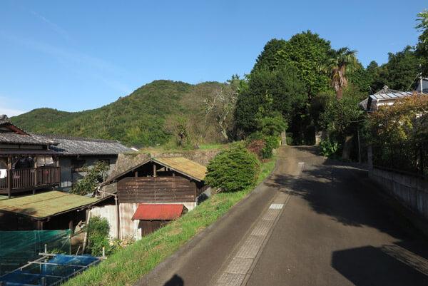 山木兼隆館跡は正面の森の辺りだと言われています。現在は個人宅です。