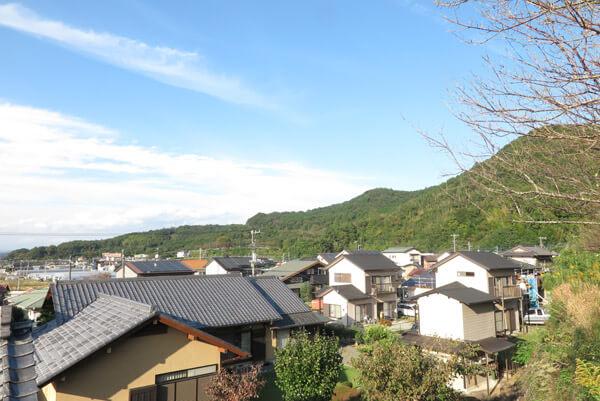山木兼隆館跡からみた景色。頼朝勢はこの山を左から回って襲撃したそうです。